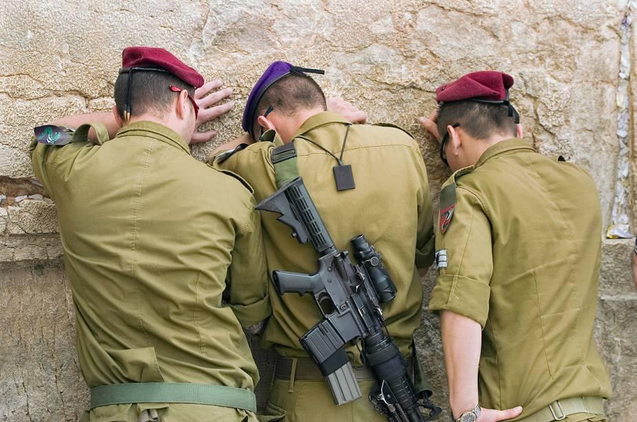 Uma cena comum na cidade: soldados rezam no Muro das Lamentações