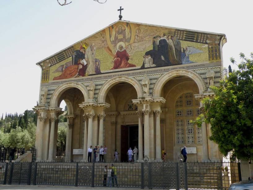 Igreja de todas as nações, Jerusalém.  Este templo foi construído sobre a rocha sobre a qual Jesus orou antes de ser preso.  Ele está localizado perto do Jardim do Getsêmani.