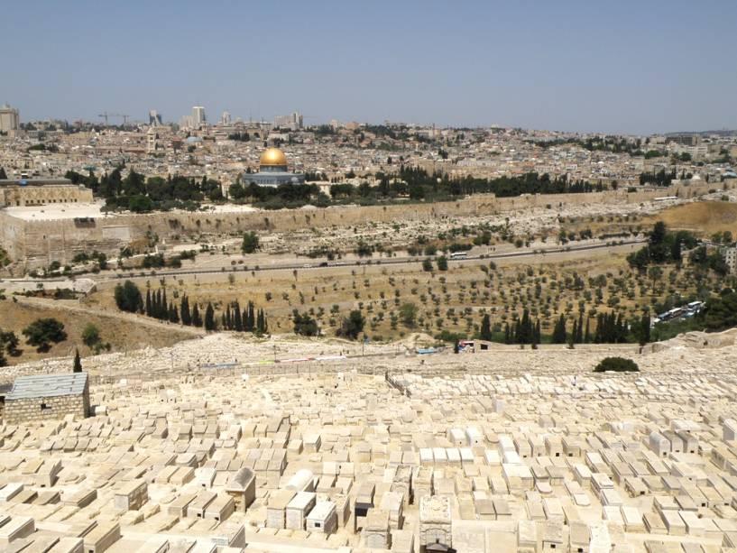 Vista geral da cidade velha de Jerusalém a partir do Monte das Oliveiras.  Destaca-se a Cúpula da Rocha, construída sobre as ruínas do Segundo Templo de Herodes.  Em primeiro plano, o vasto cemitério judeu