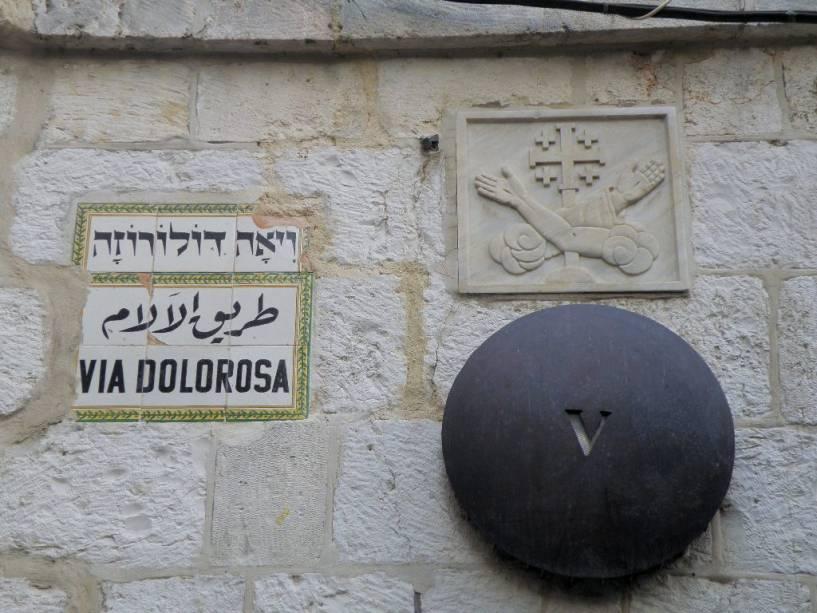 A Via Dolorosa repete os últimos passos de Jesus e da cruz na Cidade Velha de Jerusalém