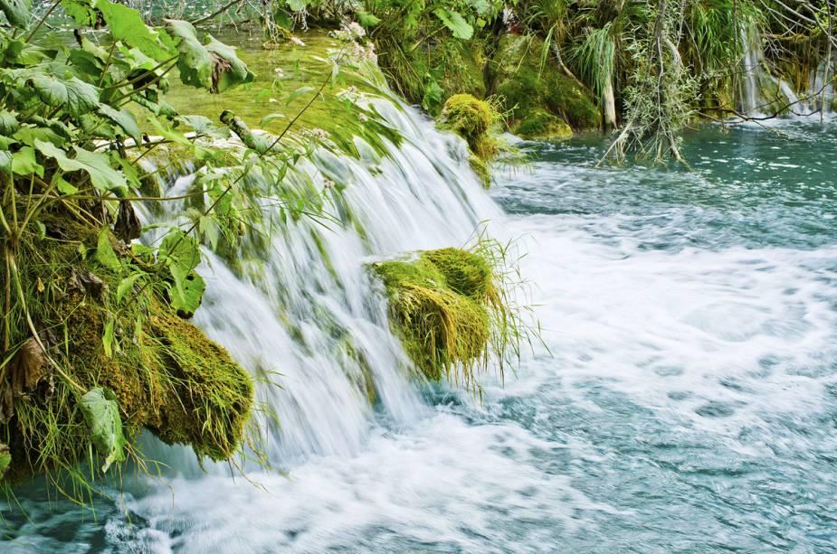 O Parque Nacional dos Lagos de Plitvice está localizado a 150 quilômetros de Zagreb, capital da Croácia