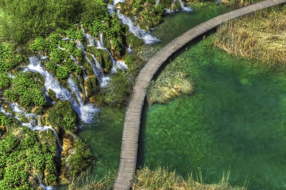 Algumas áreas do Parque Nacional dos Lagos de Plitvice podem ser visitadas no verão, enquanto outras estão fechadas ao público no inverno.