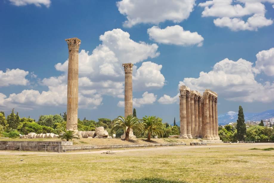 Uma das ruínas mais impressionantes de Atenas é o Templo de Zeus perto da Praça Syntagma.  As gigantescas colunas concluídas pelo imperador Adriano ainda precisam provar seu valor e dar uma ideia do tamanho do templo
