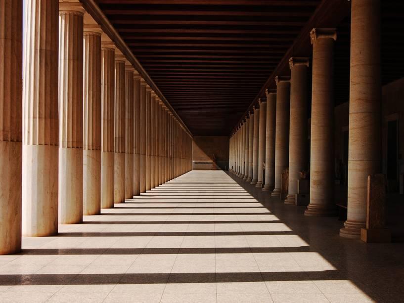 O Stoa de Atalus é uma reconstrução moderna de um edifício na Ágora de Atenas.  com colunas dóricas e jônicas (direita)