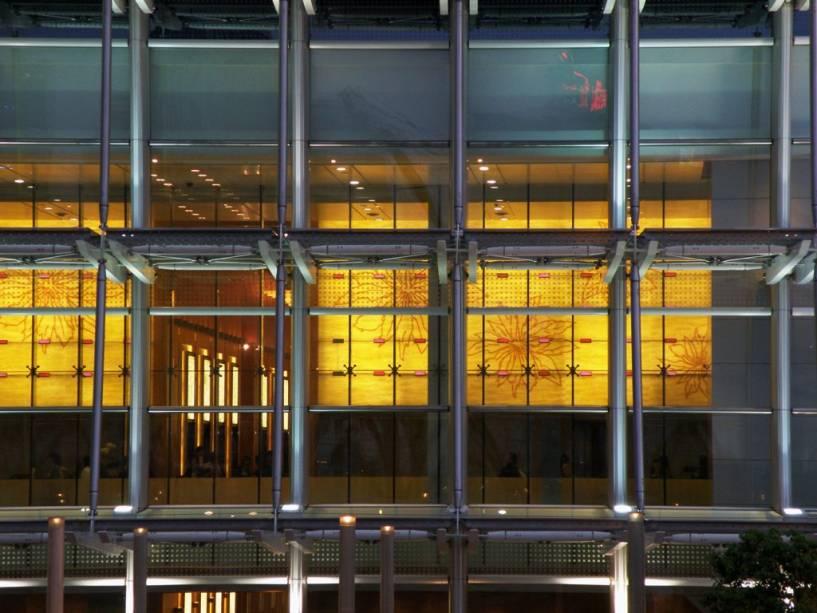 Hong Kong, uma região com sistemas administrativos especiais dentro da China, é um dos mercados financeiros mais ativos e dinâmicos do mundo.  Centenas de bancos, corretores e multinacionais estão alojados em edifícios modernos.  A atmosfera cosmopolita de executivos de todo o mundo dá à cidade uma atmosfera única