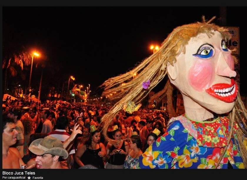 Bonecos gigantes do Bloco Juca Teles desfilam em São Luiz do Paraitinga