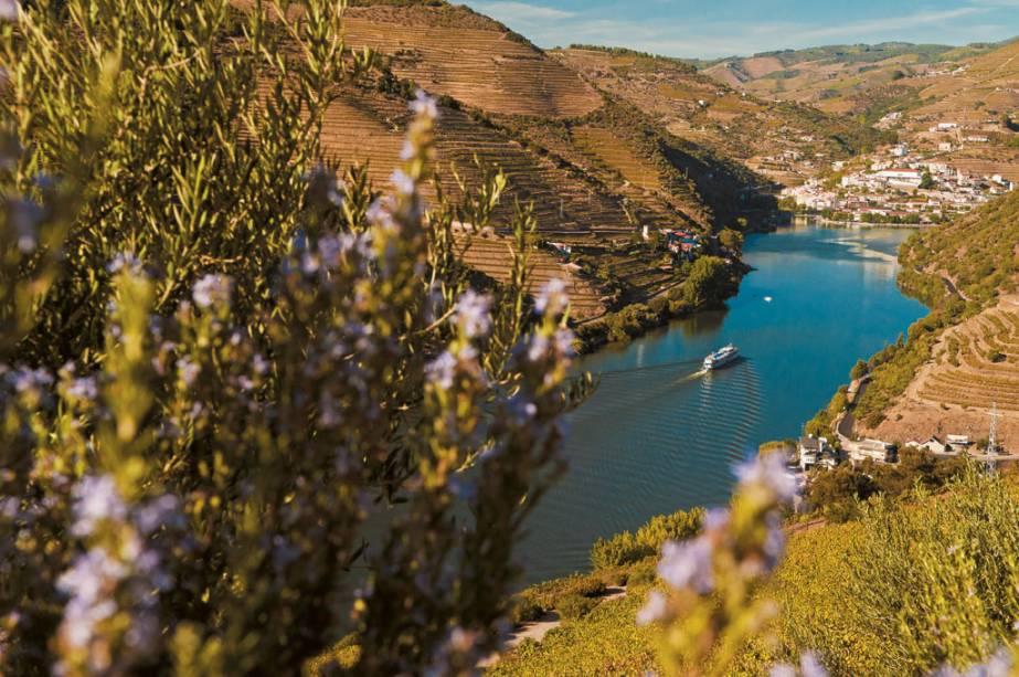 Os barcos também levam turistas ao longo do rio Douro.