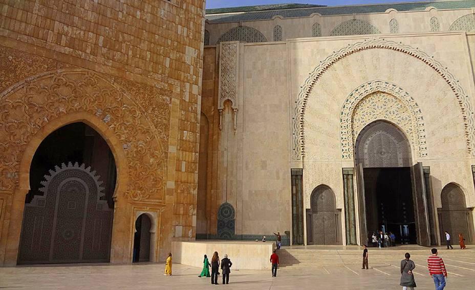 A Mesquita Hassan II é uma das grandes obras-primas da arquitetura árabe.  Há uma enorme sala de oração aqui.  A região é constantemente cercada por turistas de todo o mundo