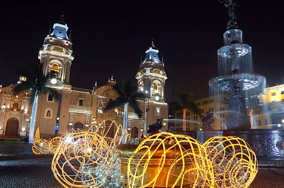 No estilo barroco da Catedral de Lima estão os restos mortais de Francisco Pizarro, um espanhol que reabriu a cidade em 1535