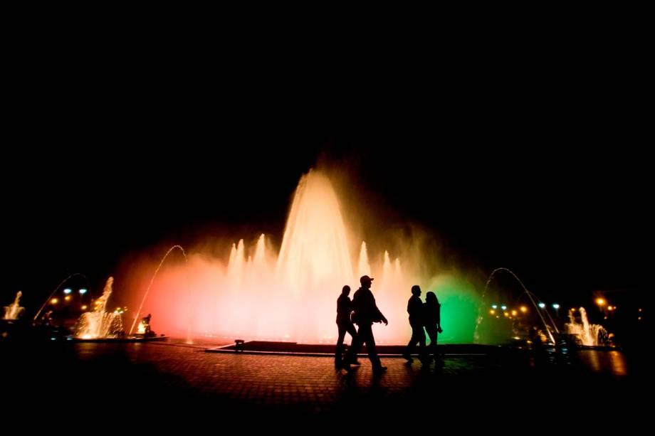 O Parque la Reserva de Lima recebe o show noturno do circuito das águas, que bate o seu farol