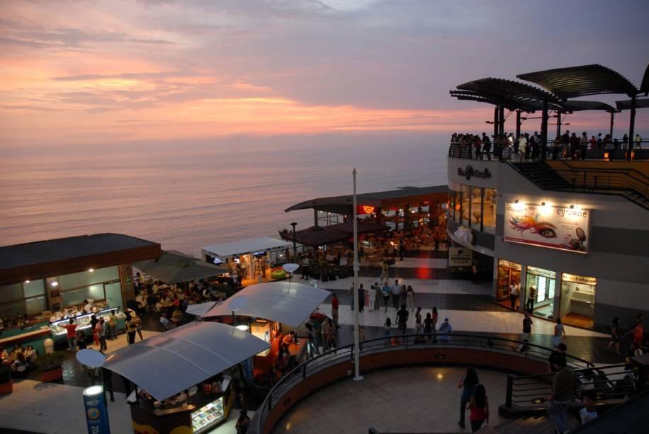 Larcomar é um shopping no bairro de Miraflores, um dos lugares mais populares de Lima.  Muitos turistas circulam por aqui