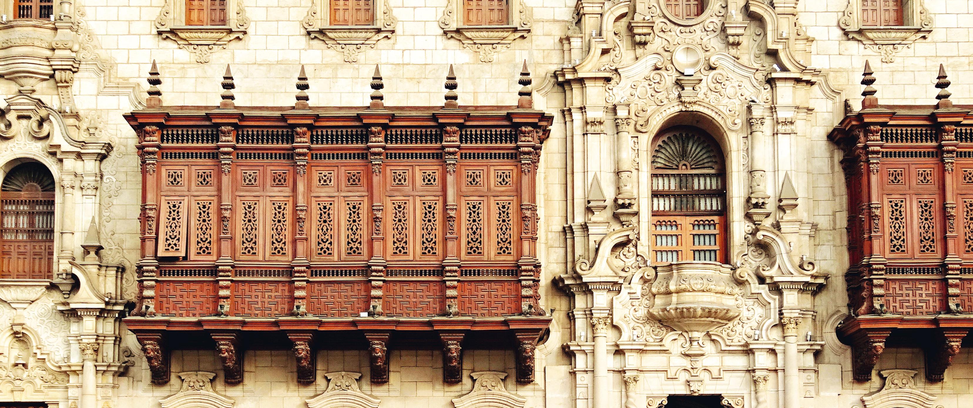No Palácio do Arcebispo, uma cópia de uma varanda de madeira entalhada
