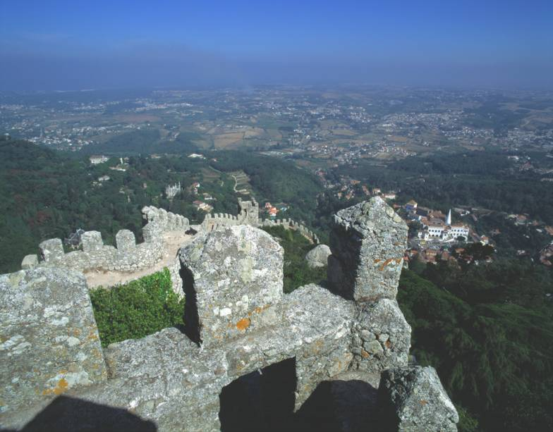 A vista do alto do Castelo dos Mouros equilibra os altos e baixos das muralhas: dá para ver toda a costa de Lisboa