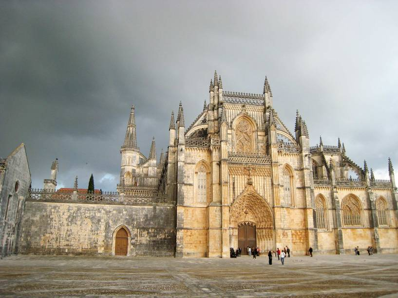 Mosteiro de Santa Maria da Vitória - Batalha O mosteiro da Batalha, em grande parte construído em estilo gótico, foi construído em 1434 para celebrar uma batalha na zona.  O destaque, porém, está no estilo manuelino, cujos pormenores foram acrescentados nos séculos XV e XVI.