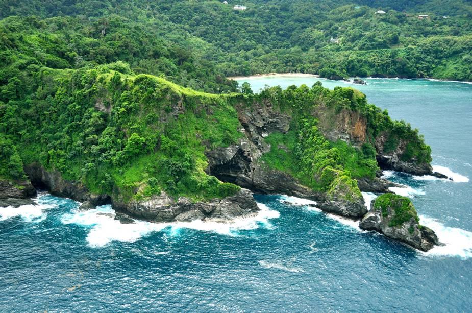A baía dos ingleses atrás da colina é considerada a melhor praia da ilha de Tobago