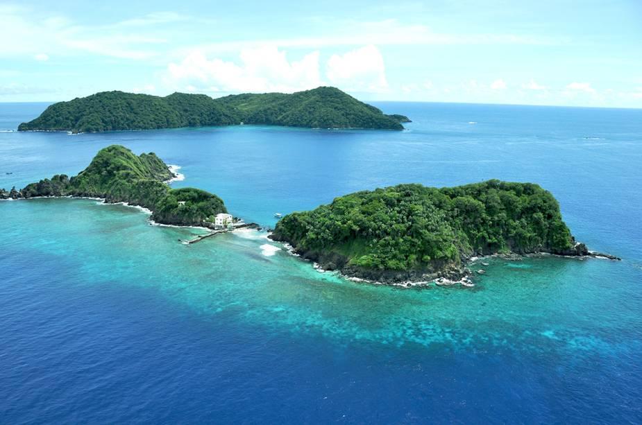 Vista da Goat Island e Little Tobago em segundo plano.  As ilhas estão localizadas na costa de Speyside.