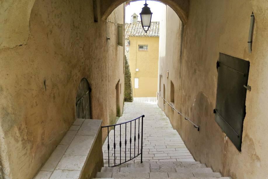 Ruas estreitas e casas charmosas caracterizam a vila de Gassin, no sul da França