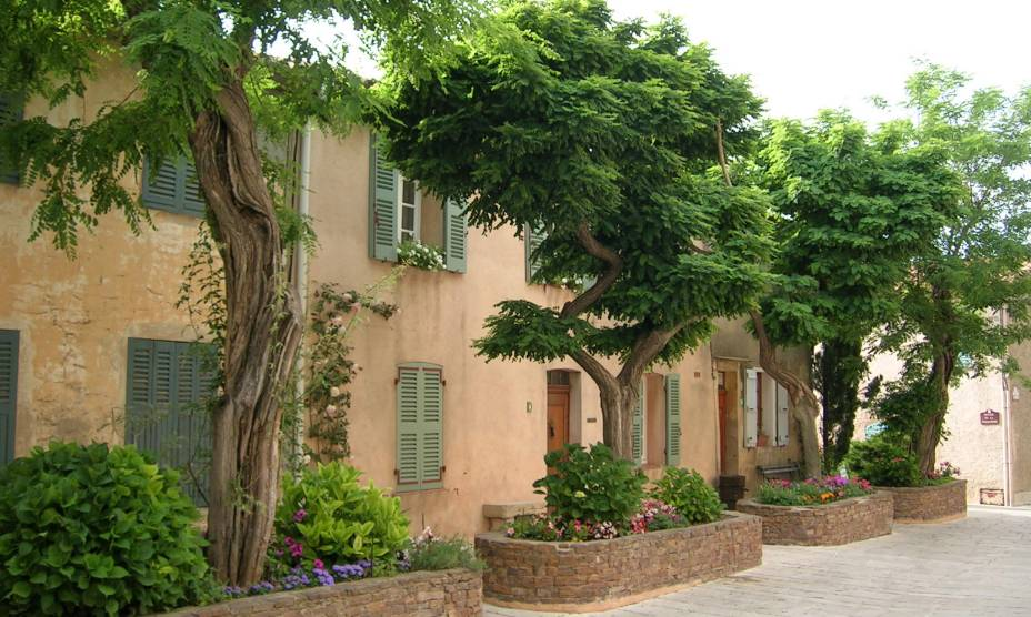 Ruas estreitas e casas mais antigas marcam o cenário de Gassin, no sul da França