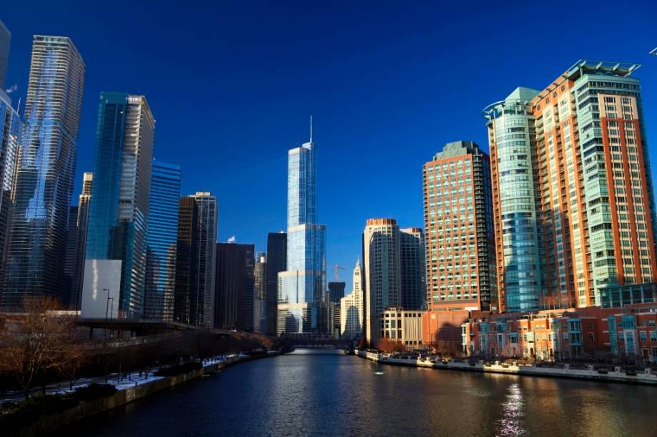 A paisagem do Rio Chicago que atravessa o centro da cidade e entra no Lago Michigan