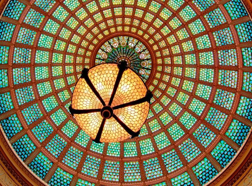 O Tiffany Dome do Chicago Cultural Center é o maior de seu tipo no mundo, com 30.000 peças de vidro