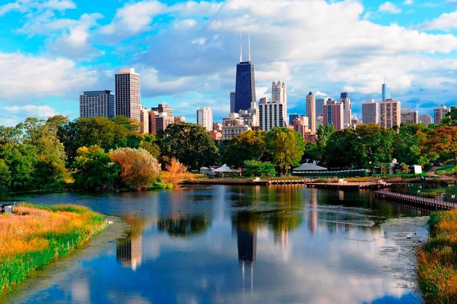 Lincoln Park é considerado um dos parques mais importantes de Chicago.  O horizonte da cidade pode ser visto ao fundo