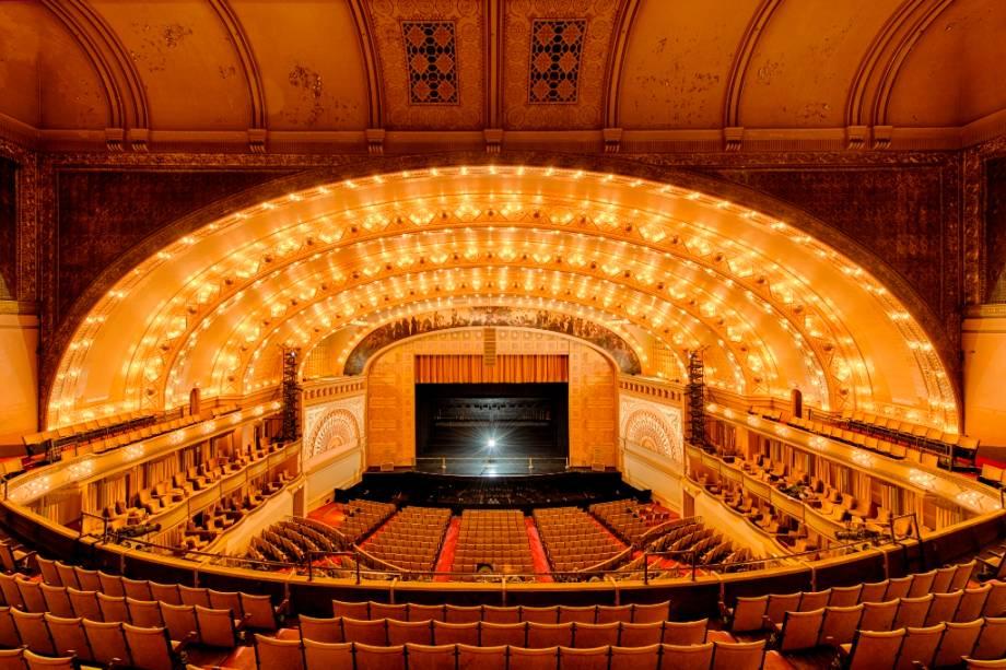 O Teatro Auditorium é uma das atrações culturais mais interessantes da cidade de Chicago.  Há apresentações de dança e vários shows aqui.  Nomes como Janis Joplin, Jimi Hendrix e The Who apareceram em seus palcos