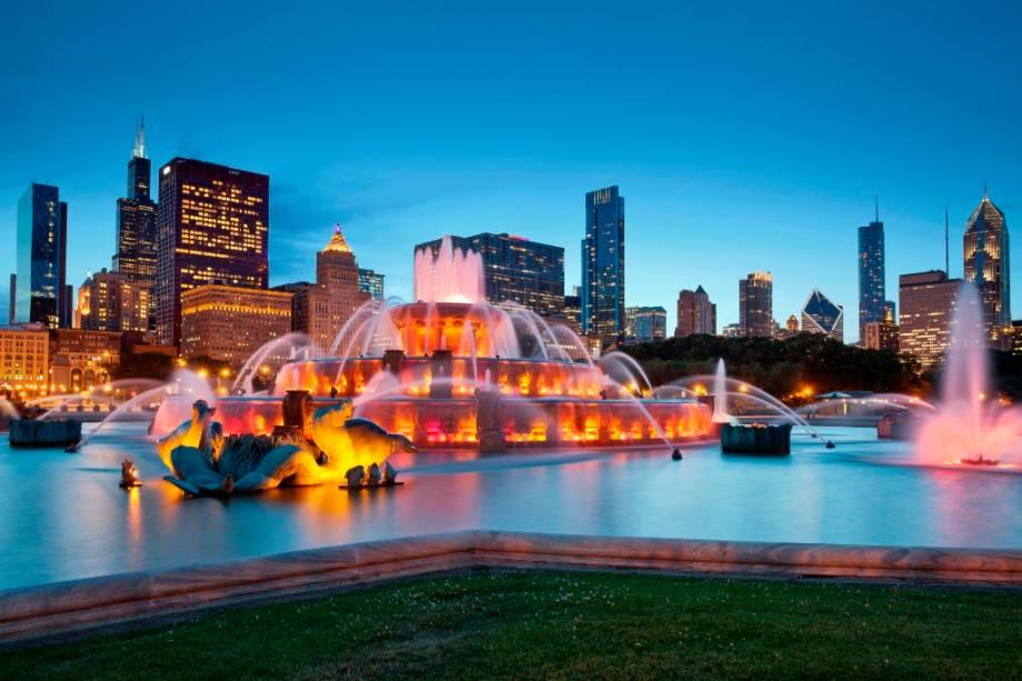 A Fonte de Buckingham ao pôr do sol em Chicago.  Ele está localizado no Grant Park e é considerado uma das maiores nascentes do mundo.