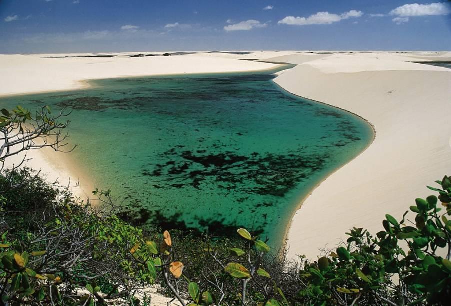 Lagoas nas dunas, com até 40 m de altura, no Parque Nacional dos Lençóis Maranhenses
