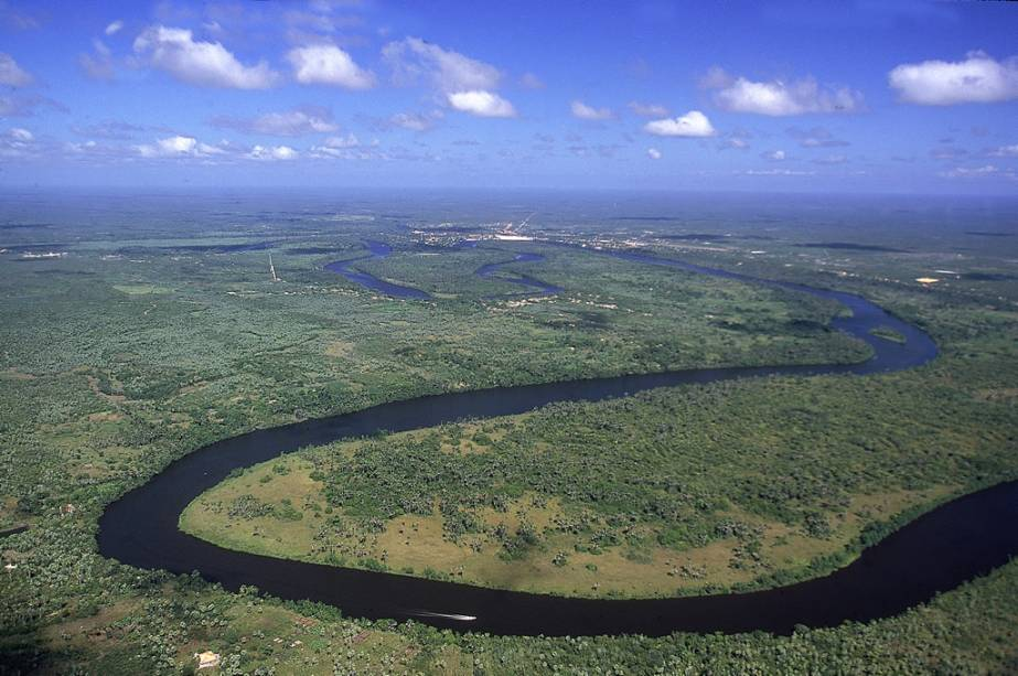 Vista aérea do rio Preguiças.  Um passeio de barco pelo roteiro é um clássico dos Lençóis Maranhenses