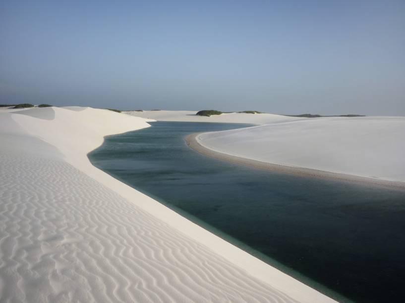 As dunas de até 40 m de altura ultrapassam 50 km no continente