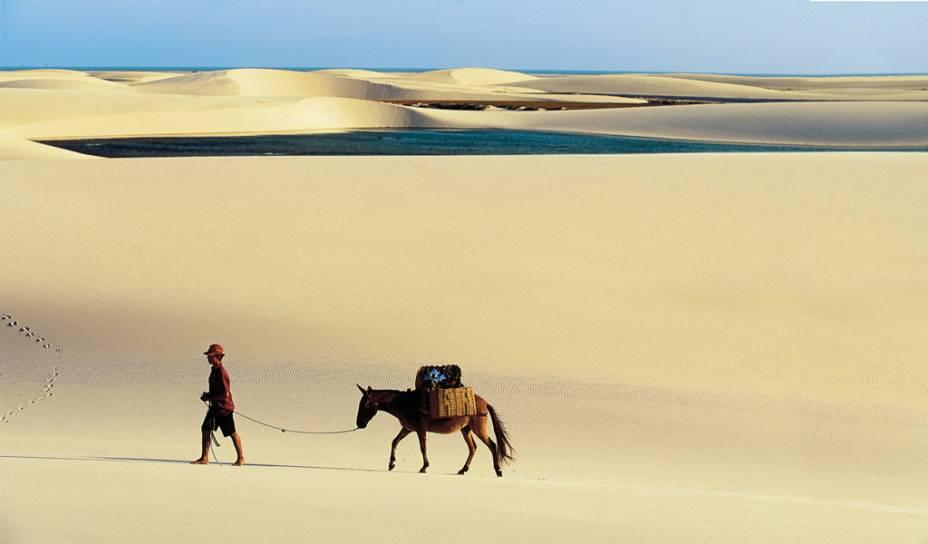 Entre as dunas formadas pelos ventos que sopram do mar, encontram-se lagoas cristalinas em tons de verde e azul.