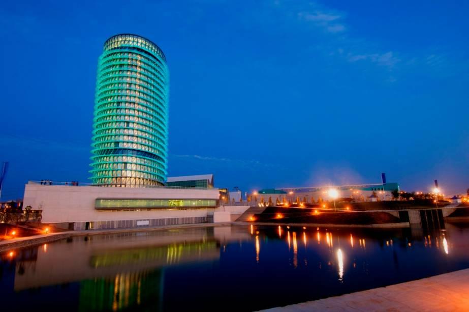 A Torre del Agua é a face moderna de Zaragoza.  Foi construído para a Expo 2008 e é um projeto do arquiteto Enrique de Tereza