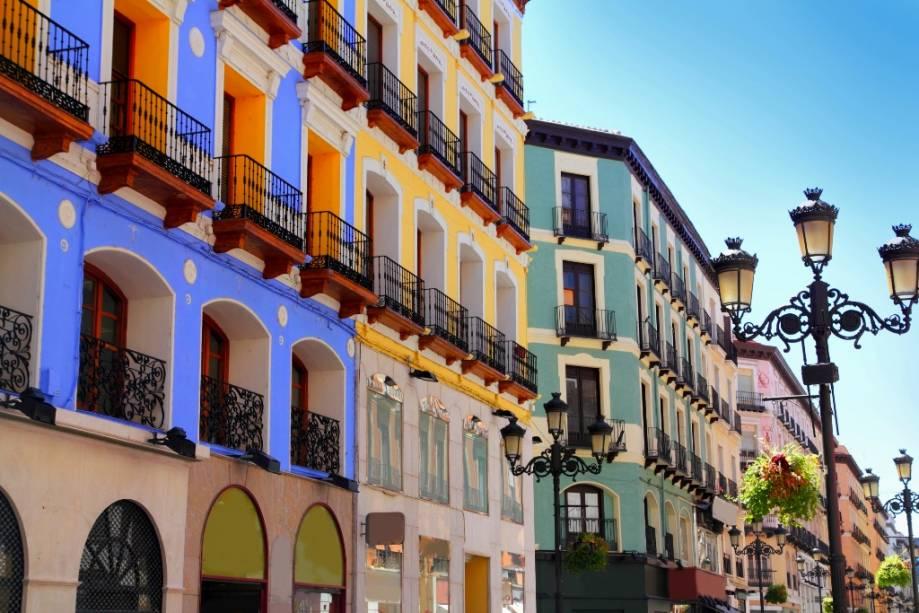 Casas na rua Alfonso I em Zaragoza com suas formas harmoniosas