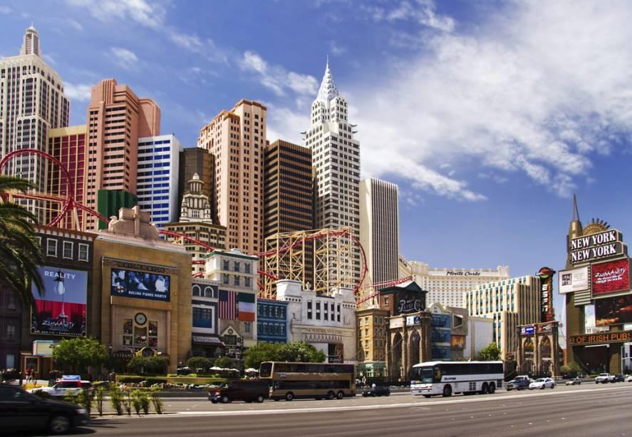 Fachada de hotel e cassino de Nova York em Las Vegas com montanha-russa