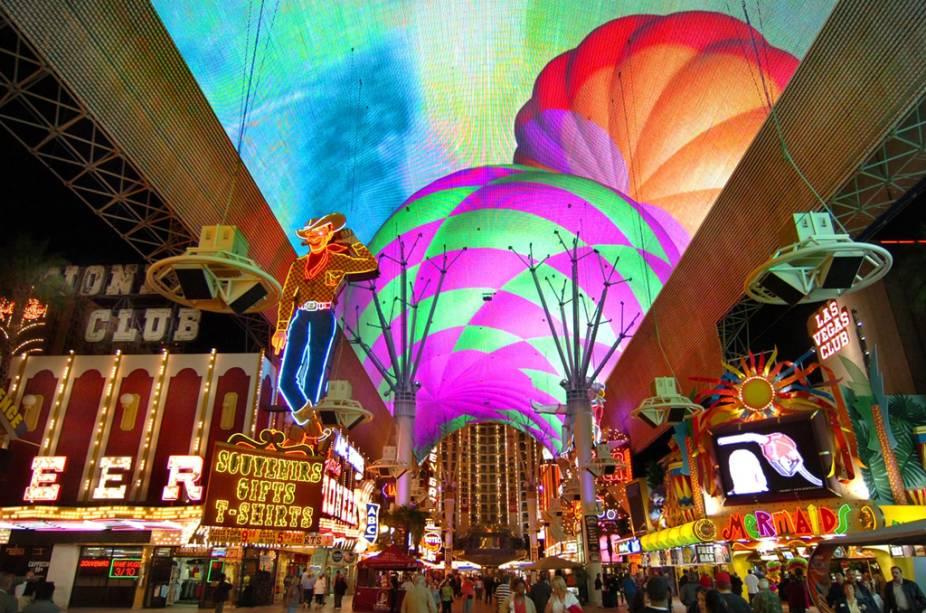 A passarela coberta do Fremont Street Experience tem mais de 2 milhões de luzes que, juntas, formam imagens coloridas