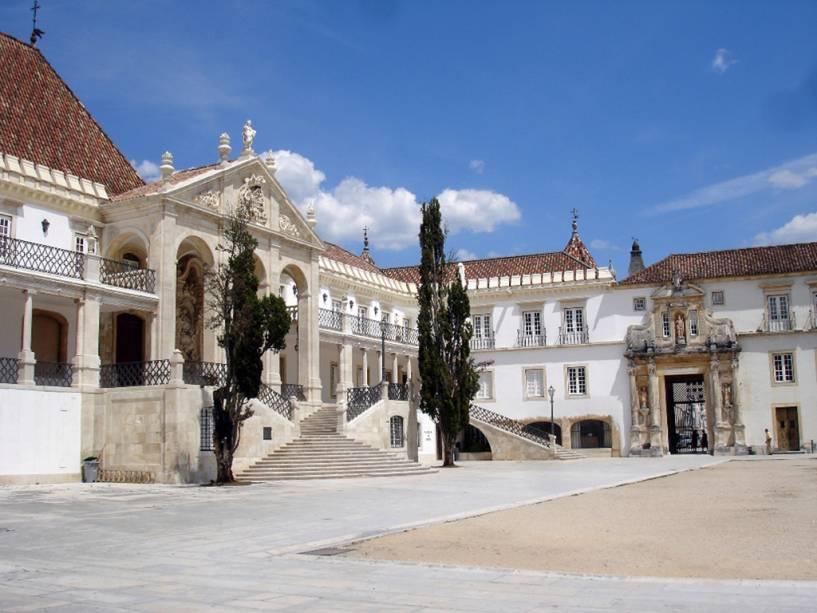 A Universidade de Coimbra, fundada em 1290, é a mais antiga de Portugal.  A Porta Férrea, com fotos dos reis portugueses, dá acesso à famosa Faculdade de Direito