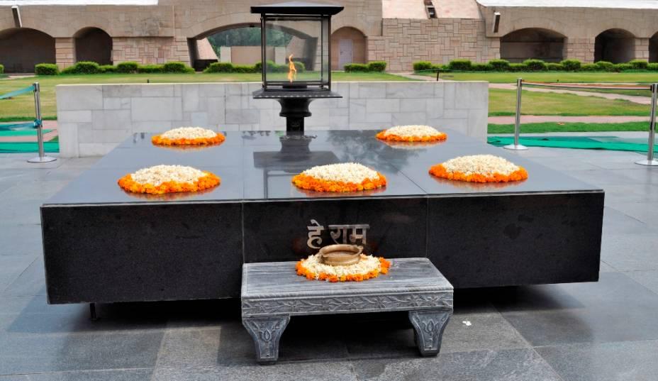 """Raja Ghat, um memorial a Mahatma Gandhi em Nova Delhi, é um local popular para turistas estrangeiros e indianos.  A inscrição em hindi são as últimas palavras de Gandhi: """"Meu Deus!"""""""