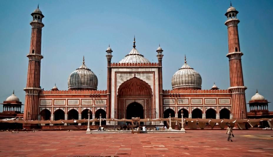Jama Masjid é a maior mesquita da Índia e pode acomodar cerca de 80.000 fiéis em seu grande pátio e cercas estreitas