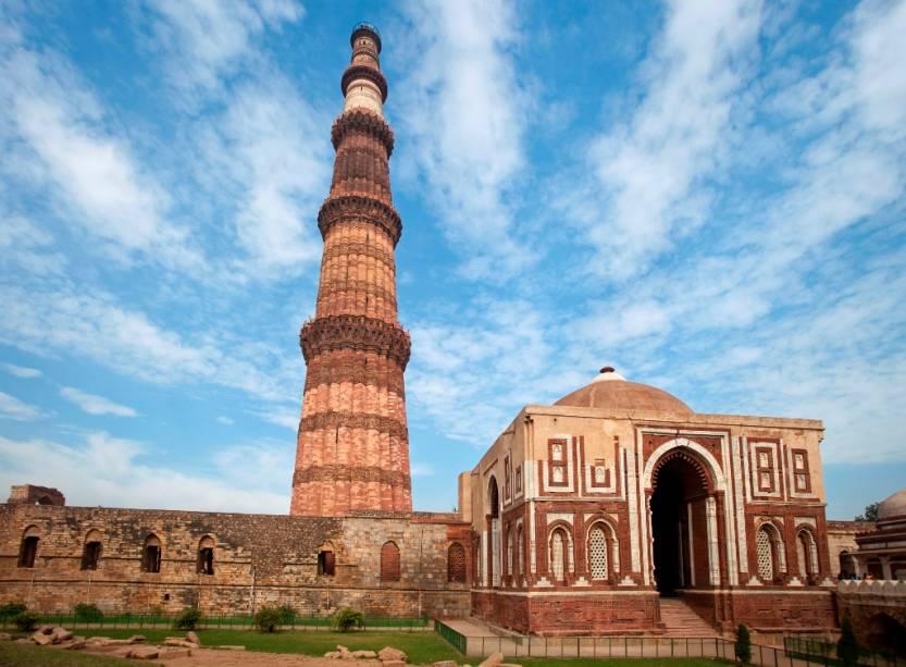 Com uma altura de 72 metros, Qutub Minar é o minarete mais alto da Índia.  Foi construído no século 13 e declarado Patrimônio Mundial da UNESCO em 1993