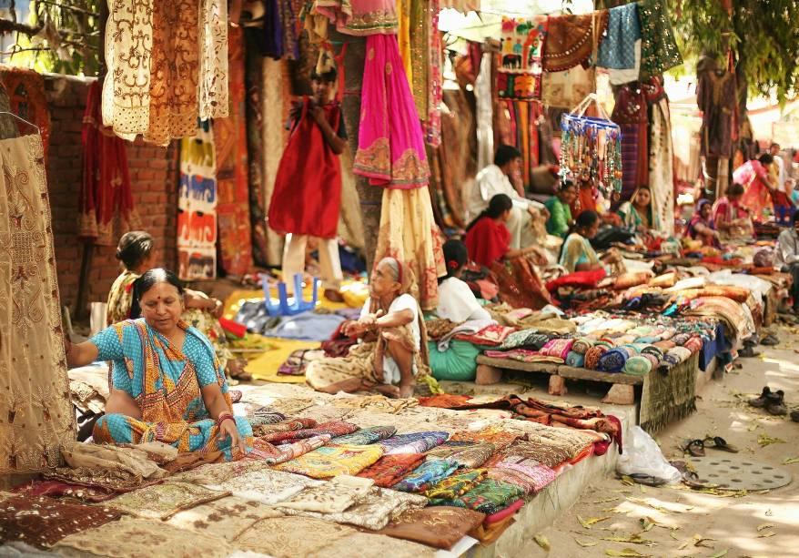 Mercado de seda nas ruas de Delhi, Índia