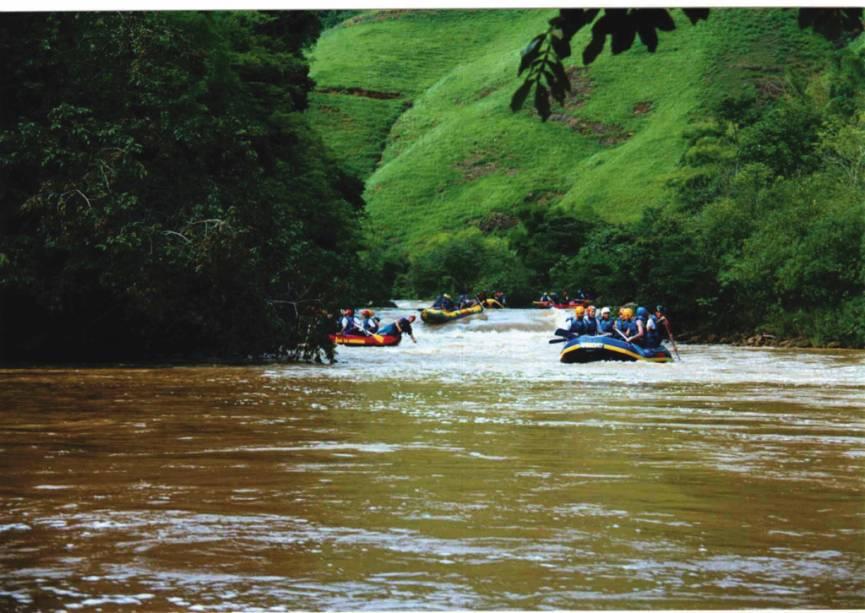 É possível praticar rafting no rio Jucu.  São 2 horas de corredeiras variando do nível I ao IV dependendo da quantidade de chuva