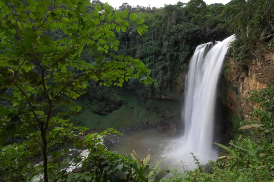 A Cachoeira da Matilde tem altura aproximada de um prédio de 11 andares e abriga uma piscina natural formada pelo Benevento