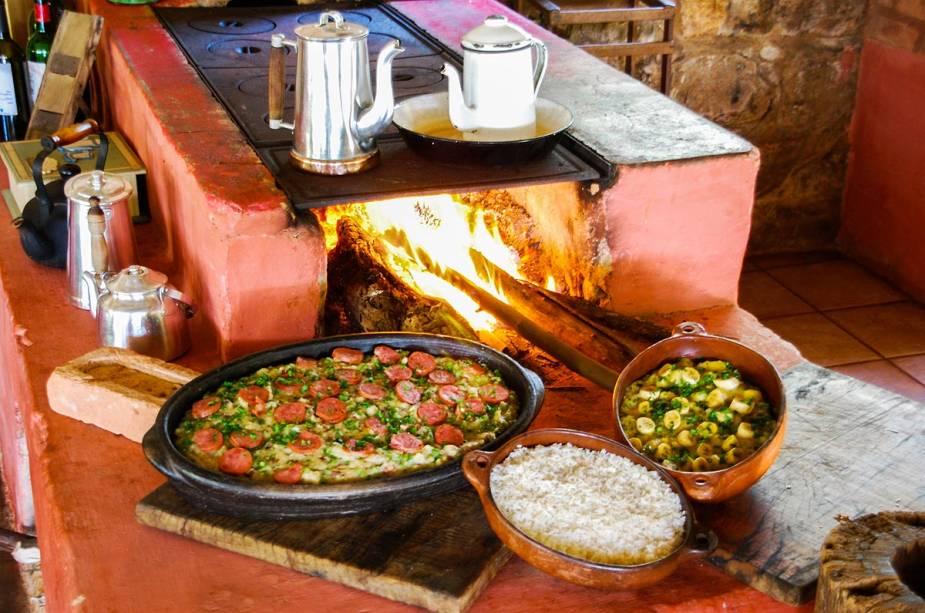 Comida caseira cozida em forno a lenha é atração turística da região