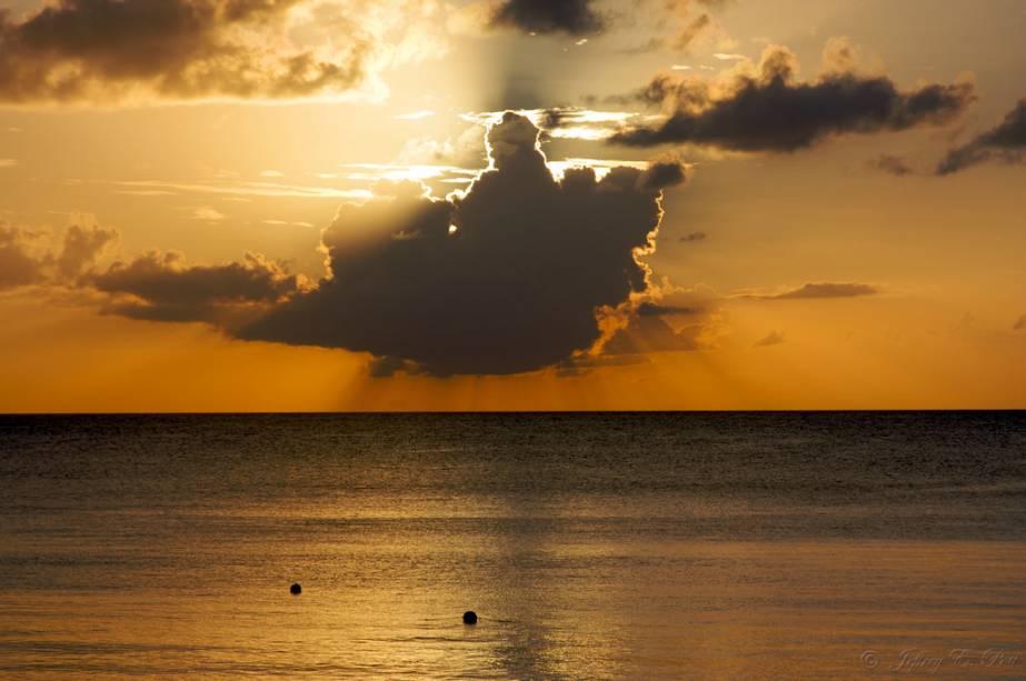 """Durante o dia as águas são límpidas e os tons do mar variam entre o azul e o verde, ao pôr-do-sol o mar de""""http://viajeaqui.abril.com.br/cidades/bahamas-nassau"""" rel =""""Nassau"""" Meta =""""_vazio""""> Nassau é todo ouro"""" class=""""lazyload"""" data-pin-nopin=""""true""""/></div> <p class="""