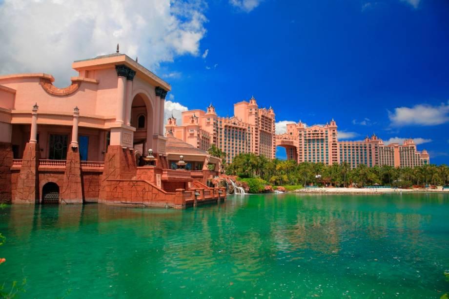 """OU""""http://viajeaqui.abril.com.br/estabelecimentos/bahamas-nassau-hospedagem-atlantis-paradise-island"""" rel =""""Atlantis Paradise Island"""" Meta =""""_vazio""""> Atlantis Paradise Island está localizado em uma ilha muito perto do centro de""""http://viajeaqui.abril.com.br/cidades/bahamas-nassau"""" rel =""""Nassau"""" Meta =""""_vazio""""> Nassau, acessível por pontes"""" class=""""lazyload"""" data-pin-nopin=""""true""""/></div> <p class="""