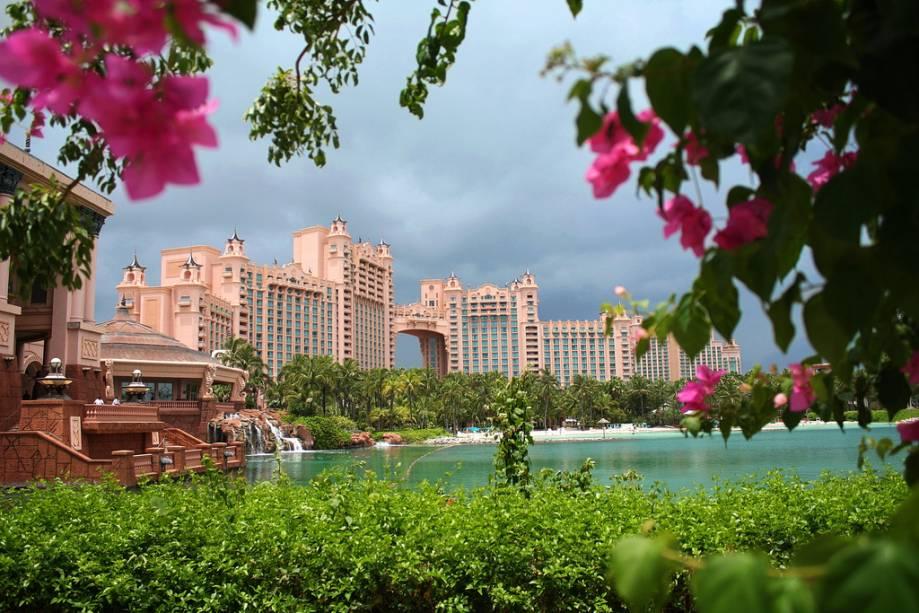 """OU""""http://viajeaqui.abril.com.br/estabelecimentos/bahamas-nassau-hospedagem-atlantis-paradise-island"""" rel =""""Atlantis Paradise Island"""" Meta =""""_vazio""""> Atlantis Paradise Island é um mega resort com lagos, piscinas de água doce e salgada e várias atividades internas"""" class=""""lazyload"""" data-pin-nopin=""""true""""/></div> <p class="""