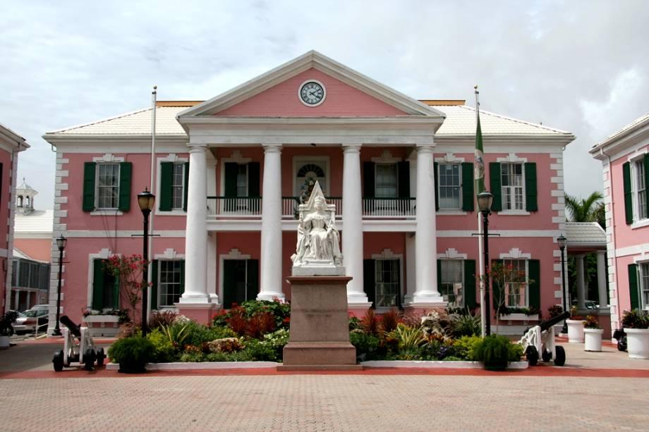 """Sede do Parlamento de""""http://viajeaqui.abril.com.br/paises/bahamas"""" rel =""""Bahamas"""" Meta =""""_vazio""""> Bahamas com a estátua da Rainha Vitória.  O chefe de estado do país é o monarca britânico"""" class=""""lazyload"""" data-pin-nopin=""""true""""/></div> <p class="""