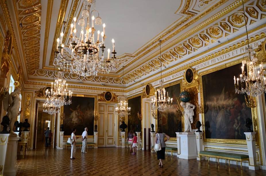 Parte da história conturbada da Polônia está incorporada no Palácio Real de Varsóvia.  O país inteiro foi completamente destruído pelos nazistas em 1944 e reuniu recursos para reconstruí-lo em toda a sua glória.  Hoje é um símbolo de unidade nacional