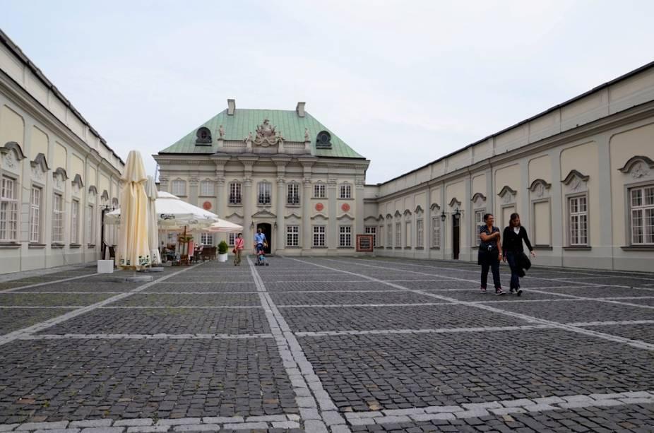 O Copper Roof Palace está localizado perto do Castelo de Varsóvia e agora abriga um pequeno museu com tapeçarias.  O edifício, construído no século XVIII, foi totalmente destruído em 1944 e posteriormente reconstruído no âmbito das obras de restauro do centro histórico.
