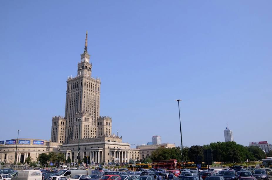 A 231 metros acima do nível do mar, o Palácio da Cultura e Ciência é o edifício mais alto do país e um presente de Stalin ao povo polonês.  Uma piada diz que a melhor vista de Varsóvia é do alto do mirante, pois é o único lugar de onde você não consegue ver o polêmico arranha-céu.